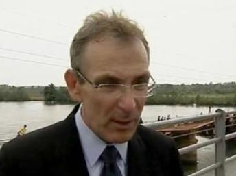 EU Commissioner Piebalgs on the Forécariah bridge, 100 kilometres east of Conakry, 7 May 2011